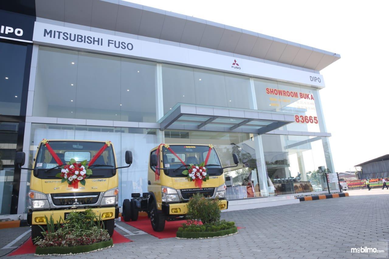 Foto Mitsubishi Fuso di depan diler