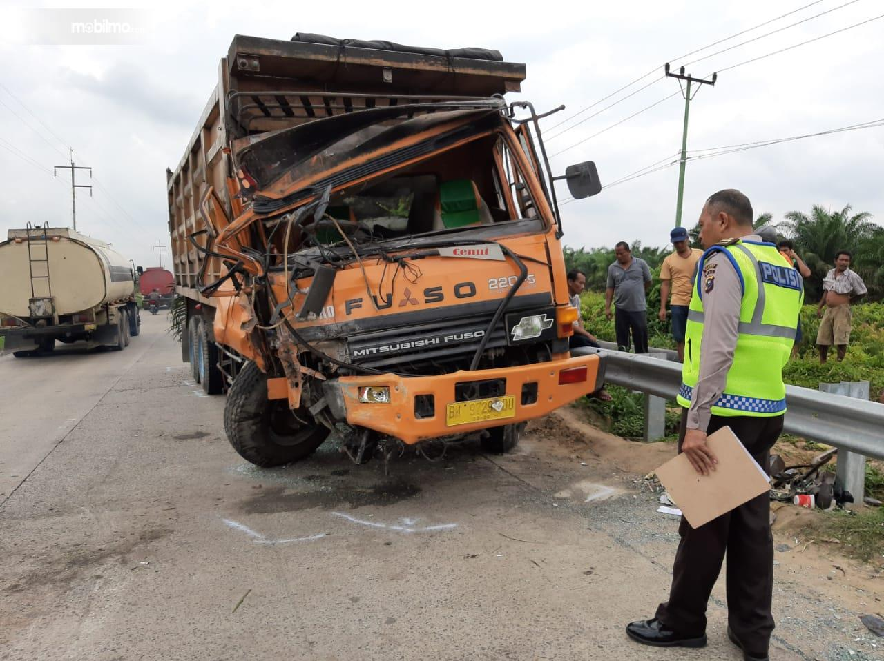 Foto truk mengalami kecelakaan di jalan tol