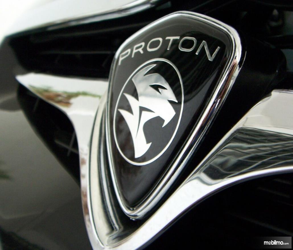 Gambar ini menunjukkan logo Proton pada mobil
