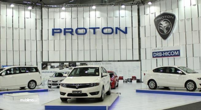 Gambar ini menunjukkan 3 mobil Proton berwarna putih