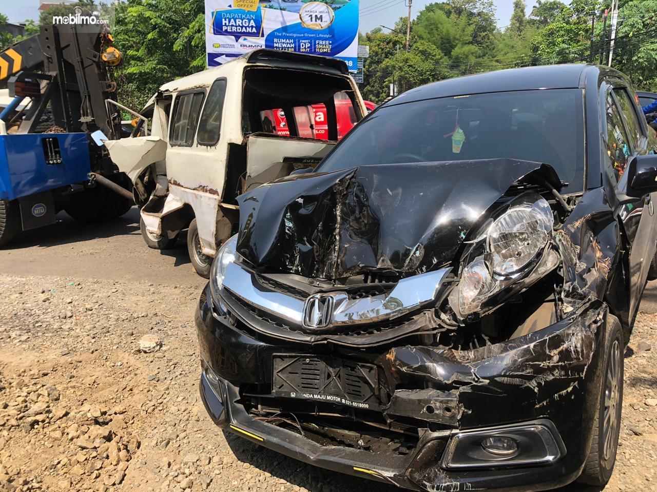 Foto menunjukkan Kecelakaan Honda Mobilio