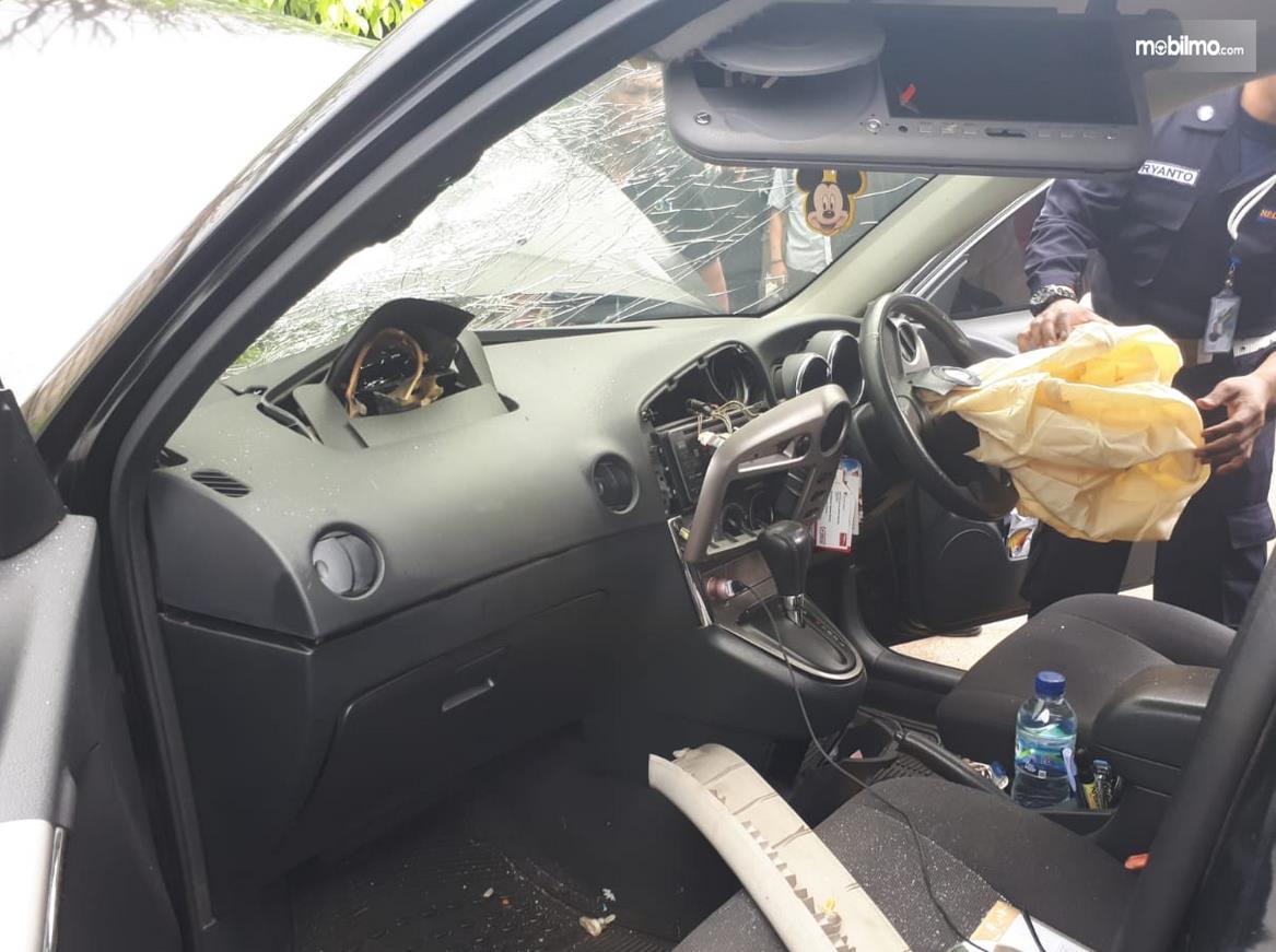 Gambar ini menunjukkan kondisi interior setelah airbag mobil meledak