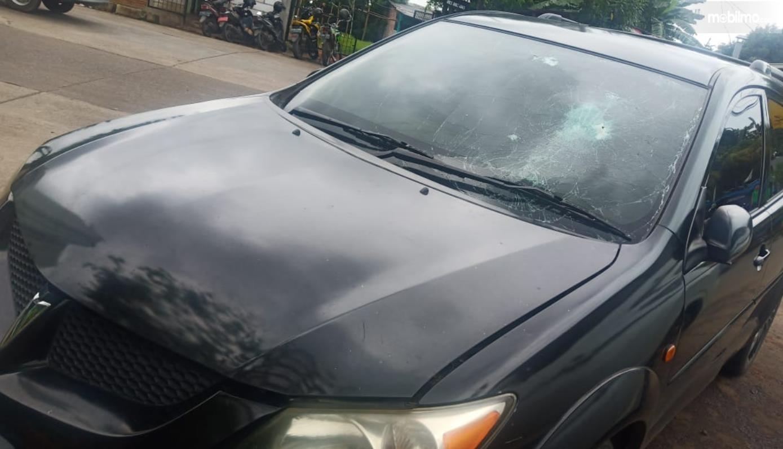 Gambar ini menunjukkan mobil yang arbagnya meledak saat parkir