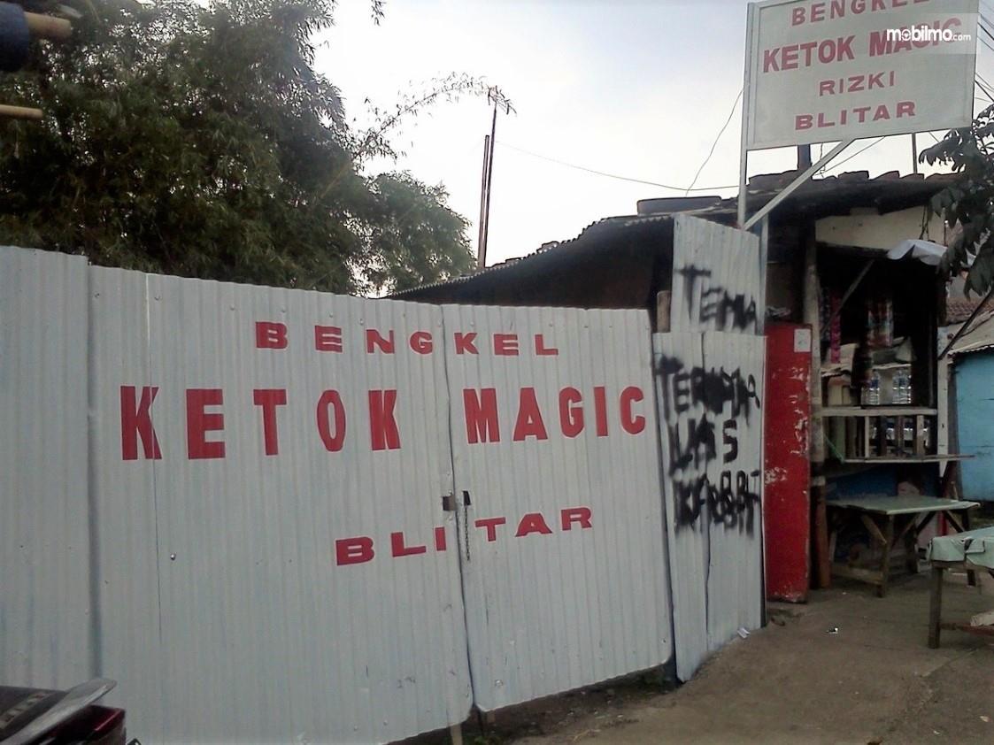 Foto menunjukkan Bengkel ketok magic