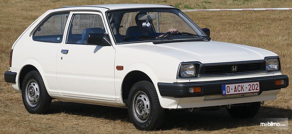 Foto menunjukkan Honda Civic Generasi Kedua tampak dari samping depan