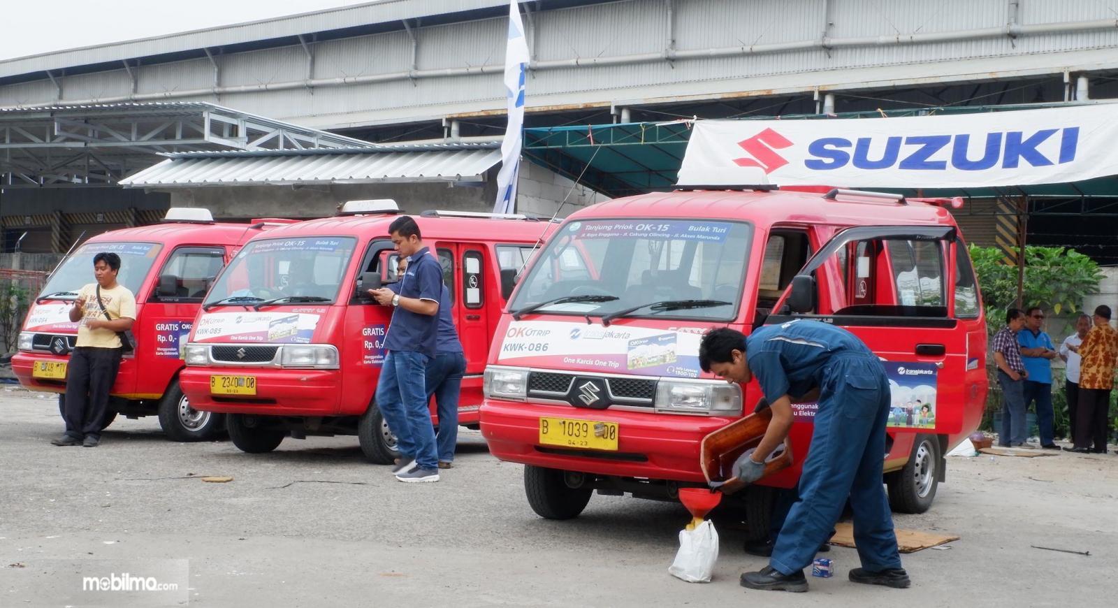 Foto mobil angkutan umum Suzuki diservis di tempat