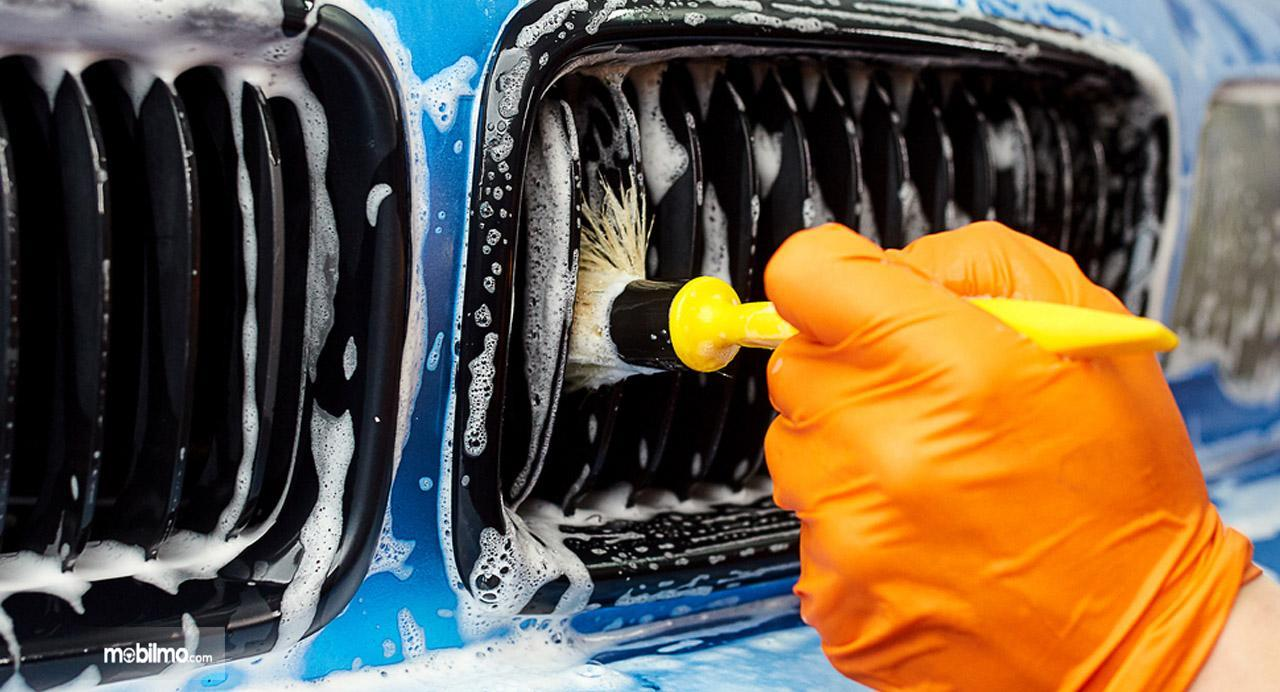 Foto menunjukkan proses mencuci gril mobil