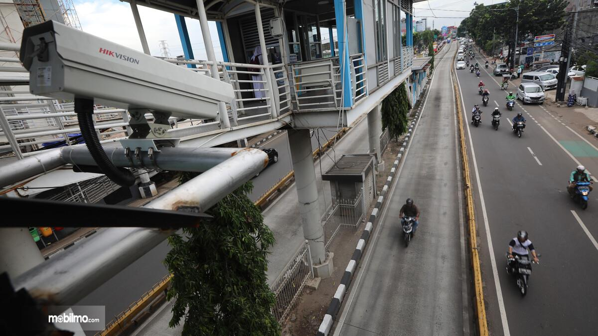 Foto Nampak sepeda motor melintas di jalur busway