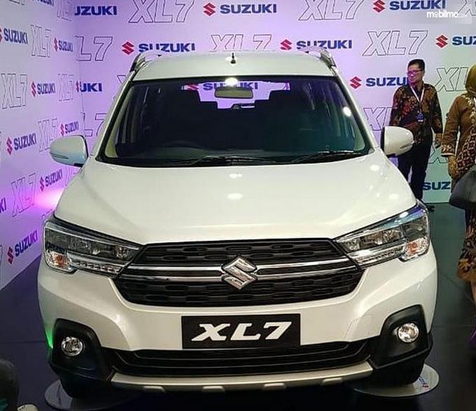Gambar ini menunjukkan mobil Suzuki XL7 tampak depan