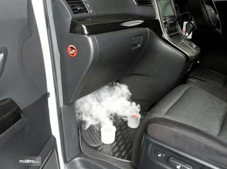 Gambar ini menunjukkan proses fumigator pada kabin mobil