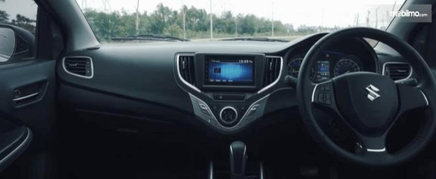 Gambar ini menunjukkan bagian dashboard mobil Suzuki Baleno Hatchback AT 2018