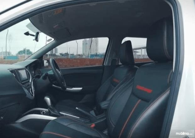Gambar ini menunjukkan jok depan mobil Suzuki Baleno Hatchback AT 2018