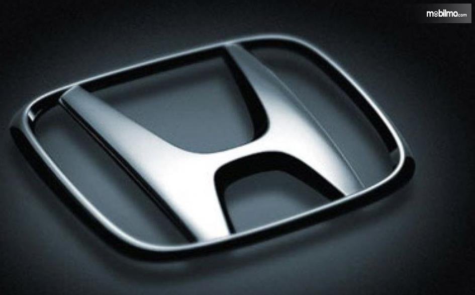 Gambar ini menunjukkan logo mobil Honda dengan warna Chrome
