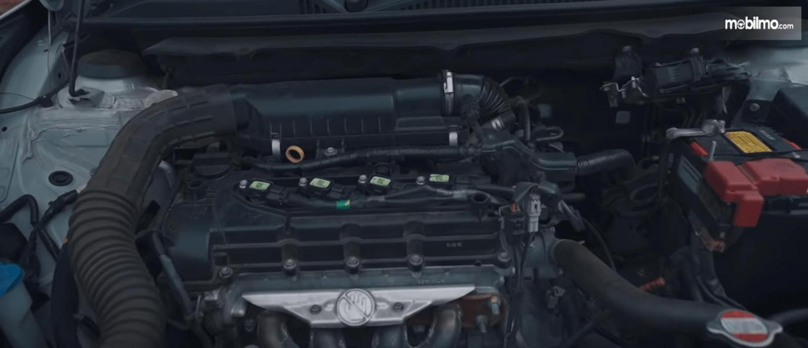 Gambar ini menunjukkan mesin mobil Suzuki Baleno Hatchback AT 2018