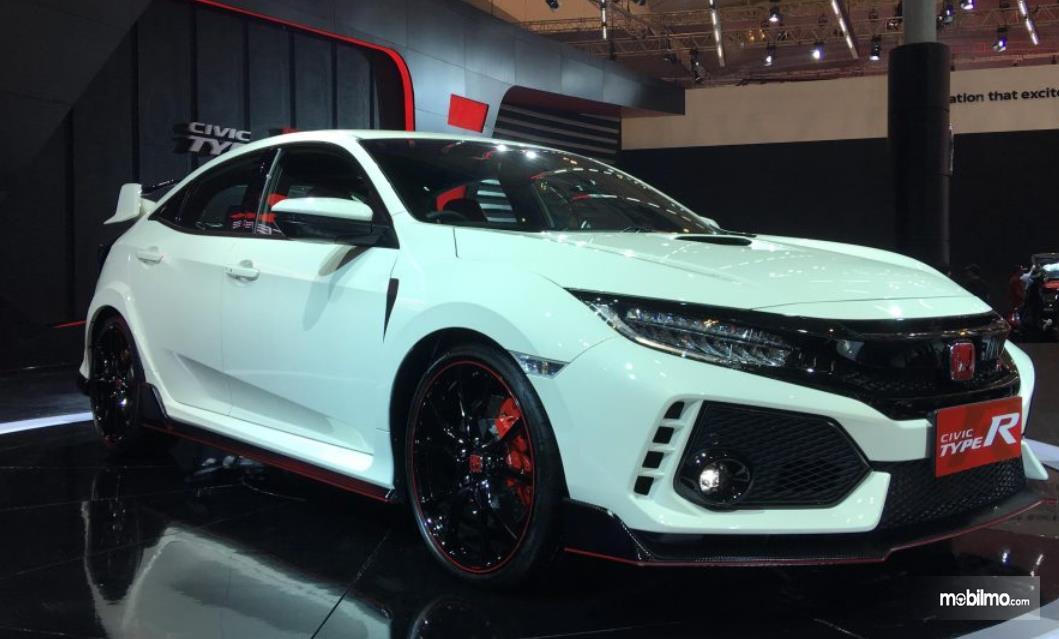 Gambar ini menunjukkan mobil Honda Civic Type R tampak bagian depan