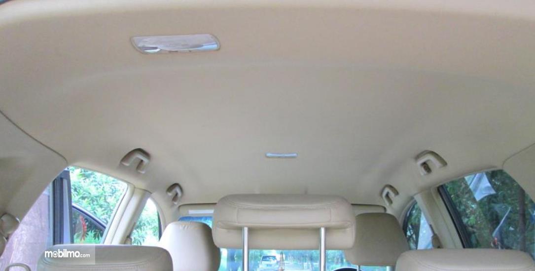 Gambar ini menunjukkan plafon mobil dalam kondisi bersih