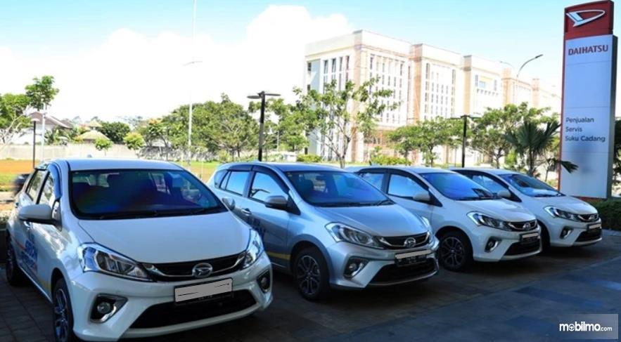 Gambar ini menunjukkan beberapa mobil Daihatsu Sirion yang menggunakan warna putih