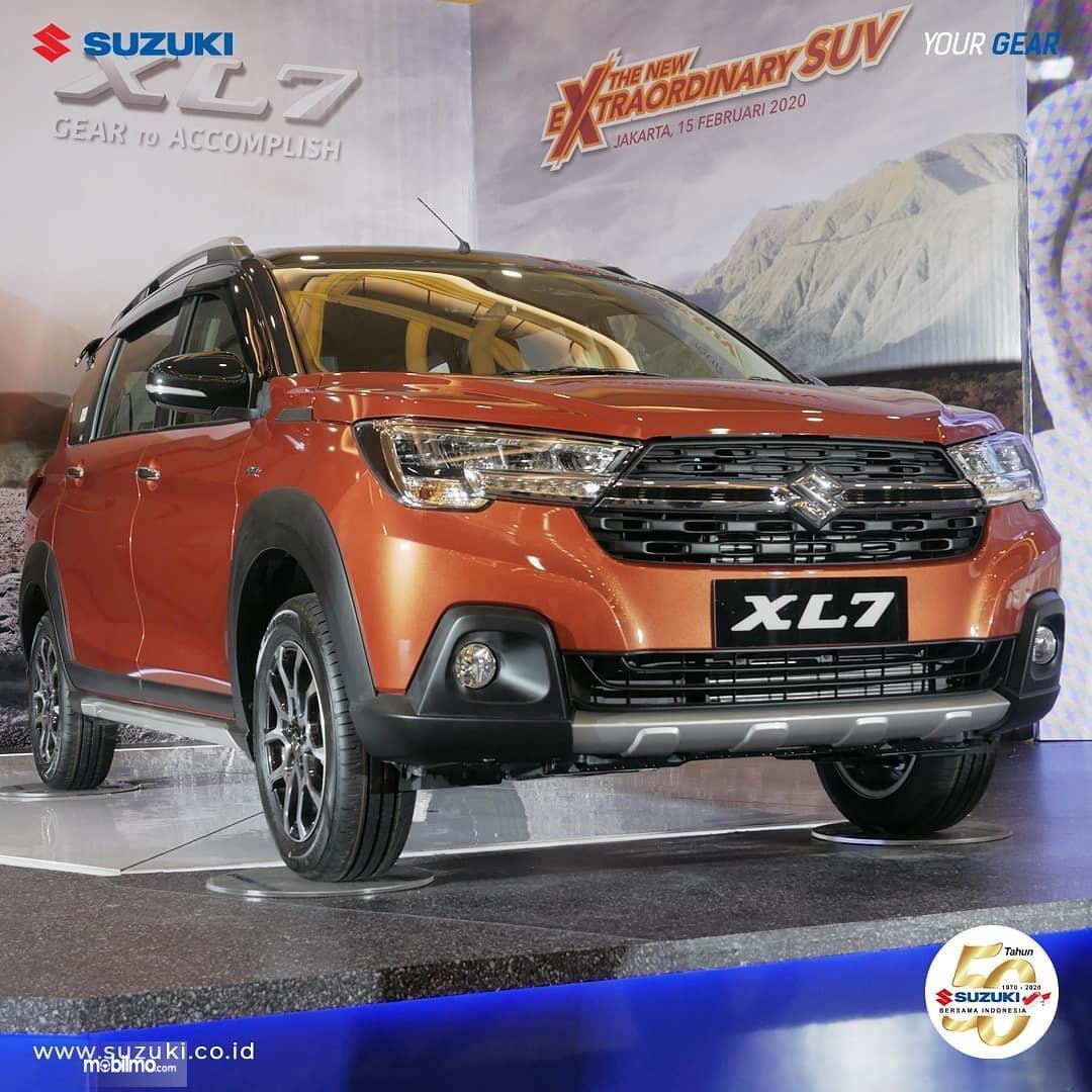 Foto Suzuki XL7 tampak dari samping depan
