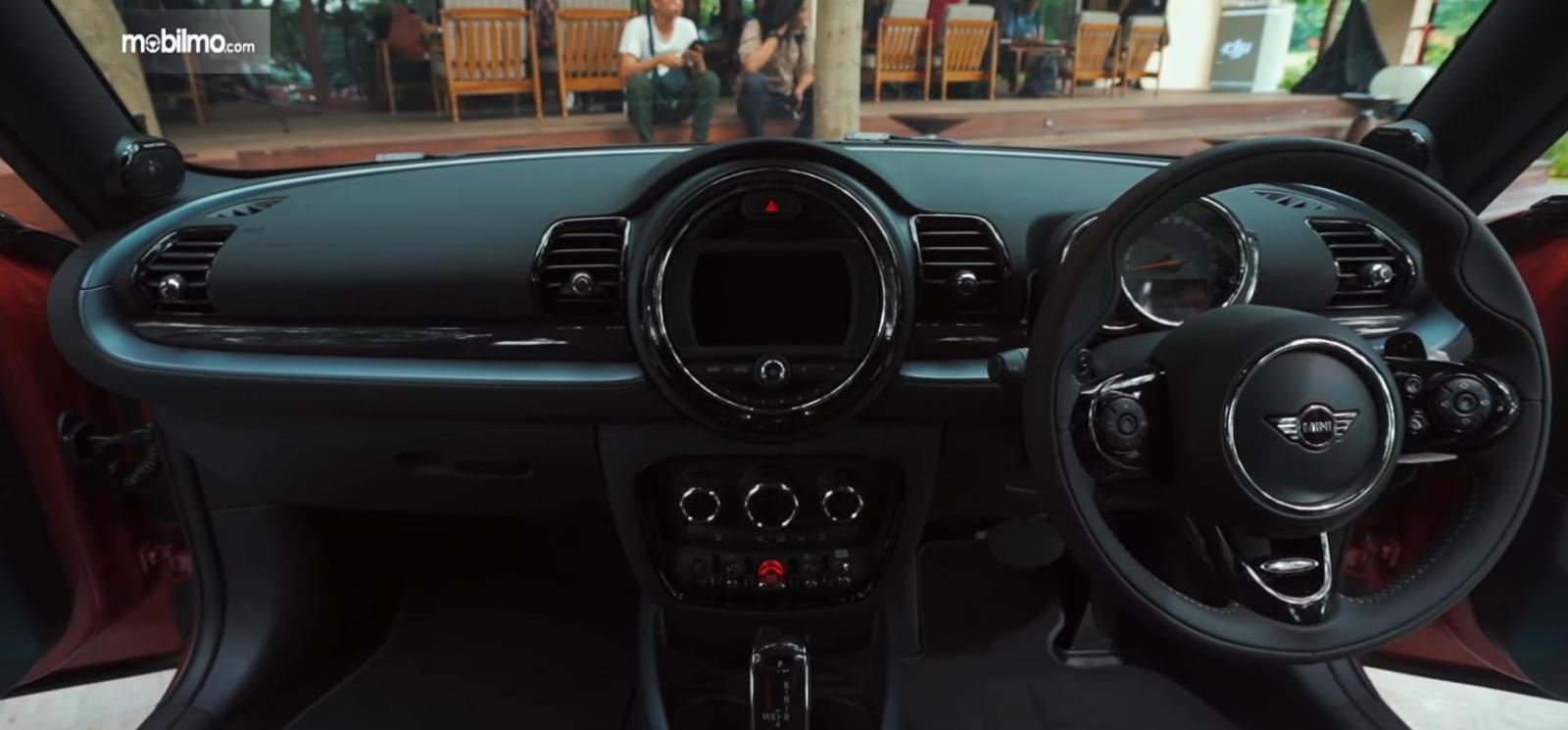 Gambar ini menunjukkan mobil Mini Cooper S Clubman