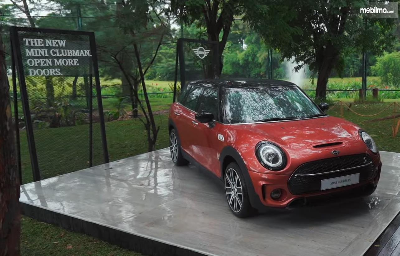 Gambar ini menunjukkan bagian depan mobil Mini Cooper S Clubman