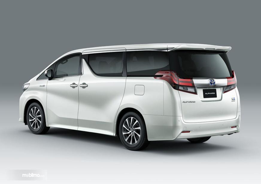 Foto Toyota Alphard Hybrid dari samping belakang