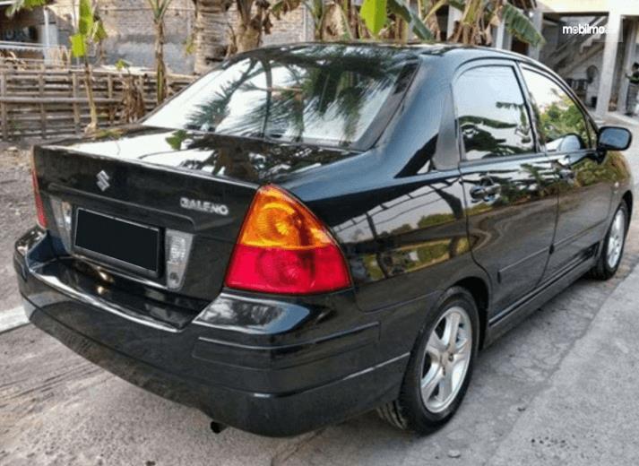 Gambar ini menunjukkan bagian belakang mobil Suzuki Baleno Next-G 2003