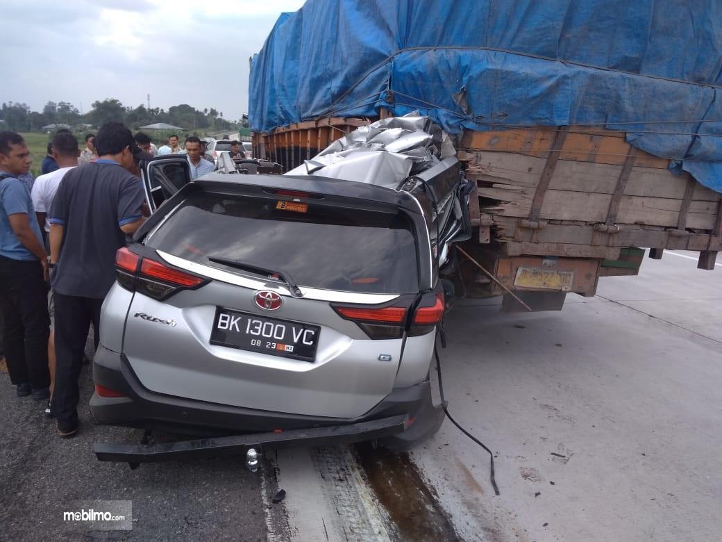 Foto suasana kecelakaan di Jalan Tol Medan-Tebingtinggi