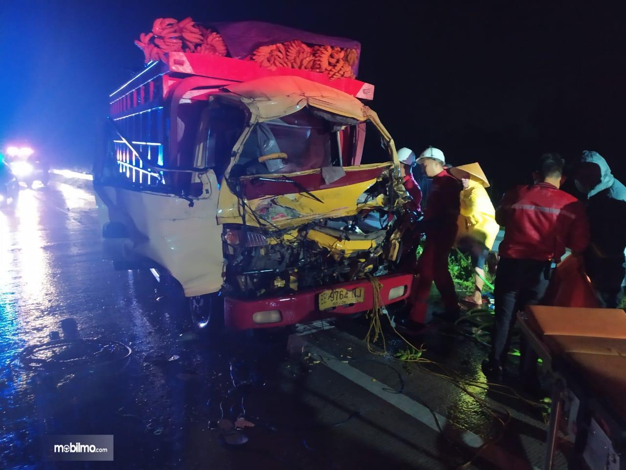 Kondisi truk BE-9764-NJ setelah mengalami kecelakaan di jalan tol trans-Sumatera (JTTS) ruas Bakauheni—Terbanggibesar jalur B KM 53.300 Desa Kupang, Kecamatan Katibung, Lampung Selatan, Kamis (6/2) dini hari. Dua penumpang truk tewas dan satu lainnya patah kaki terjepit kepala truk yang ringsek