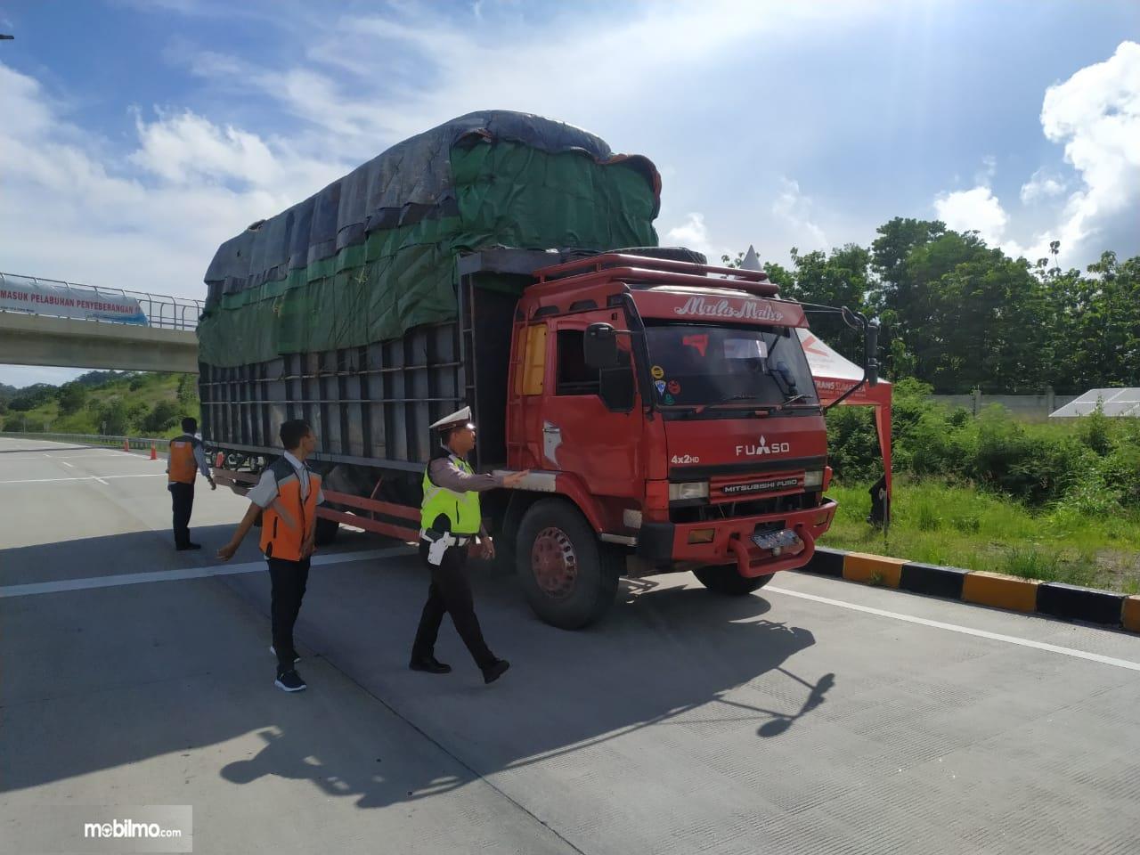 Foto menunjukkan saat Razia Truk ODOL di Jalan Tol Trans Sumatra