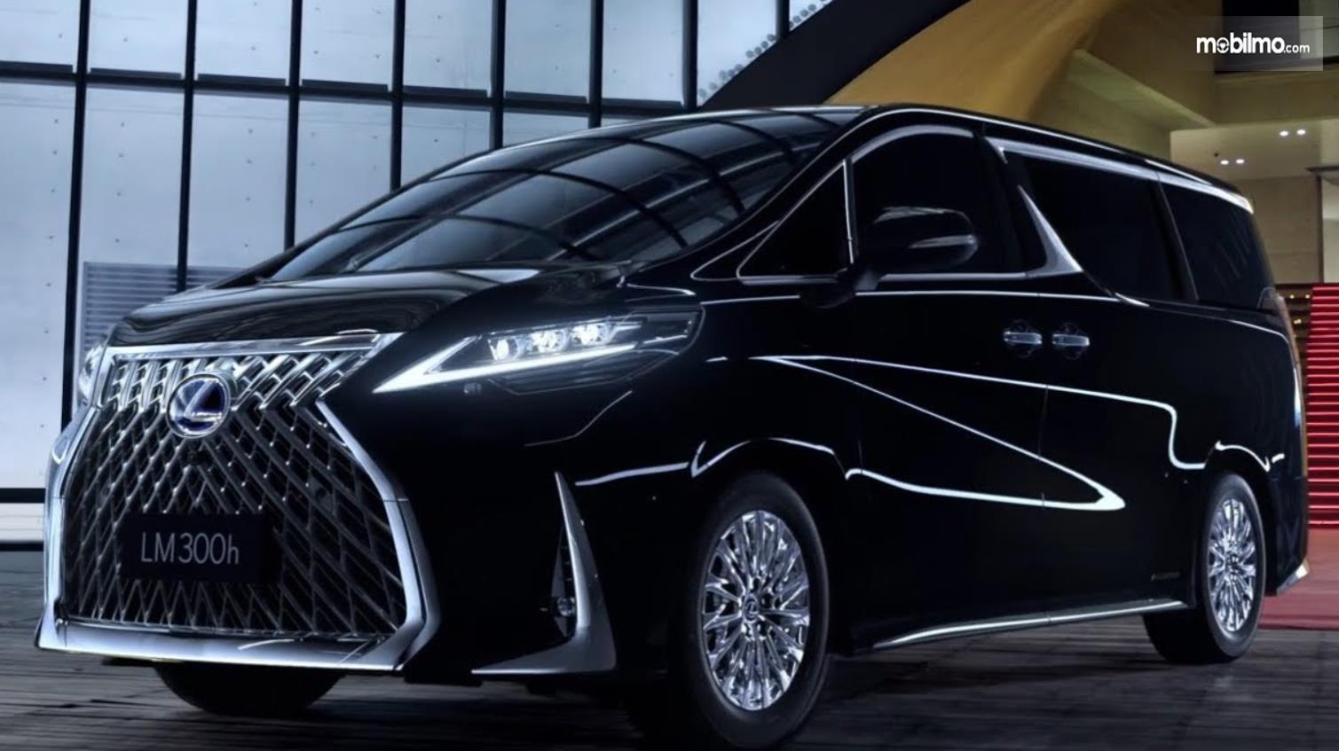 Gambar ini menunjukkan mobil MPV mewah Lexus LM300h warna hitam