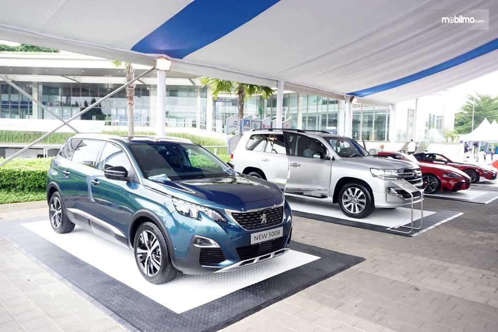 Foto menujukkan mobil Peugeot di festival Astra Auto Fest 2020
