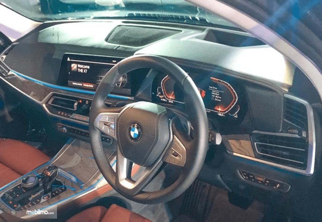 Gambar ini menunjukkan dashboard BMW X7 xDrive40i Pure Excellence 2019