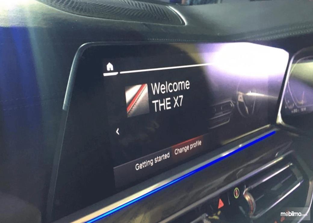 Gambar ini menunjukkan layar pada head unit BMW X7 xDrive40i Pure Excellence 2019