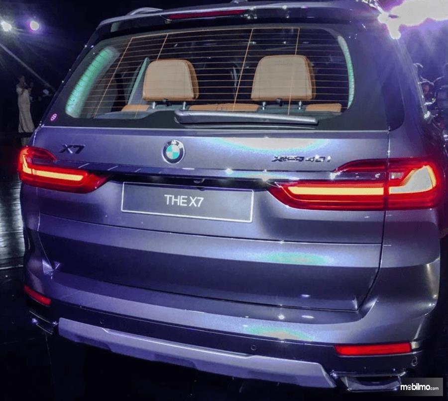 Gambar ini menunjukkan bagian belakang mobil BMW X7 xDrive40i Pure Excellence 2019