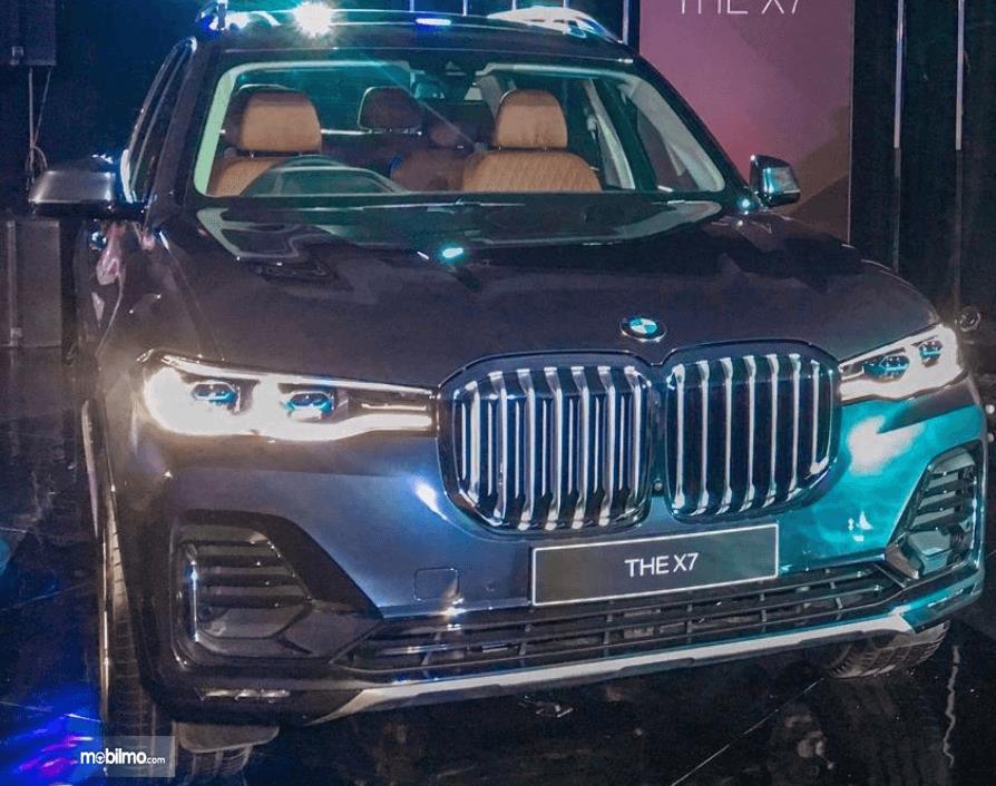 Gambar ini menunjukkan bagian depan mobil BMW X7 xDrive40i Pure Excellence 2019
