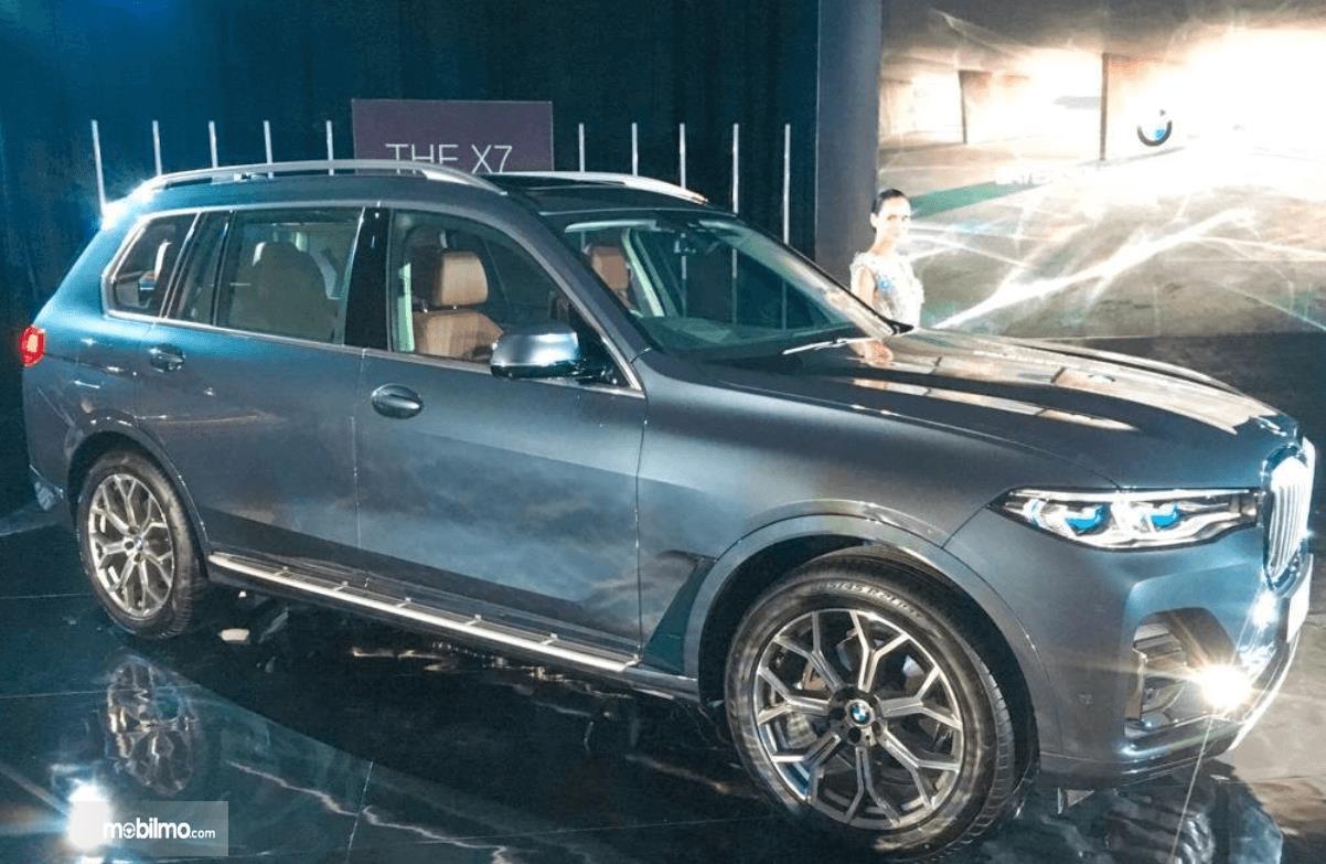 Gambar ini menunjukkan bagian samping BMW X7 xDrive40i Pure Excellence 2019