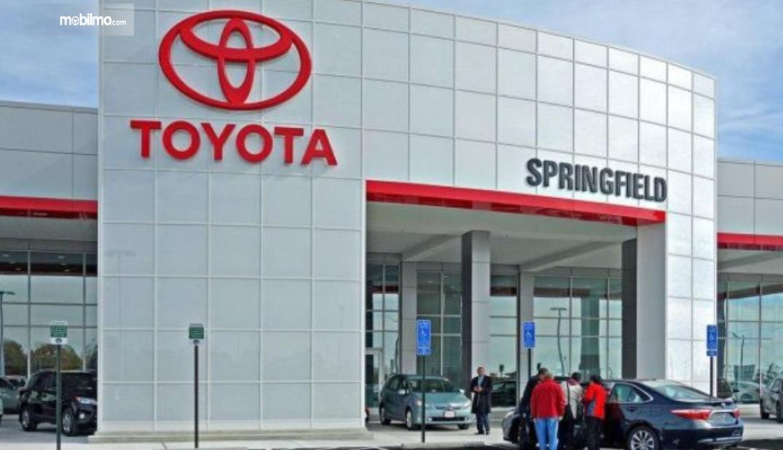 Gambar ini menunjukkan salah satu diler Toyota