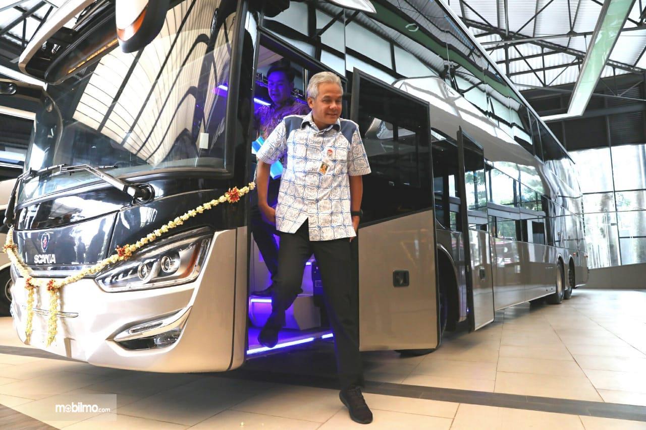 Foto Gubernur Jawa Tengah turun dari dalam bus Bus Legacy SR2 Double Decker varian ekspor