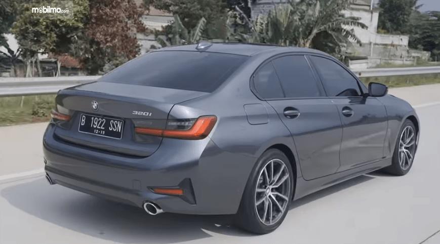 Gambar ini menunjukkan bagian belakang mobil All-New BMW 320i Sport 2019