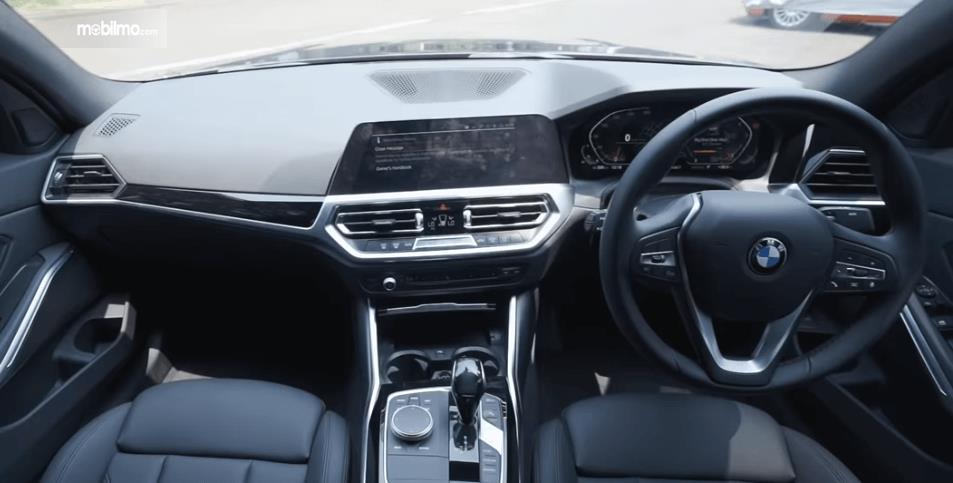 Gambar ini menunjukkan dashboard dan kemudi mobil All-New BMW 320i Sport 2019