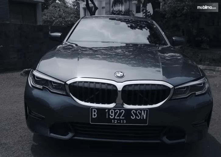 Gambar ini menunjukkan bagian depan mobil All-New BMW 320i Sport 2019