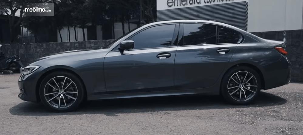 Gambar ini menunjukkan bagian samping mobil All-New BMW 320i Sport 2019