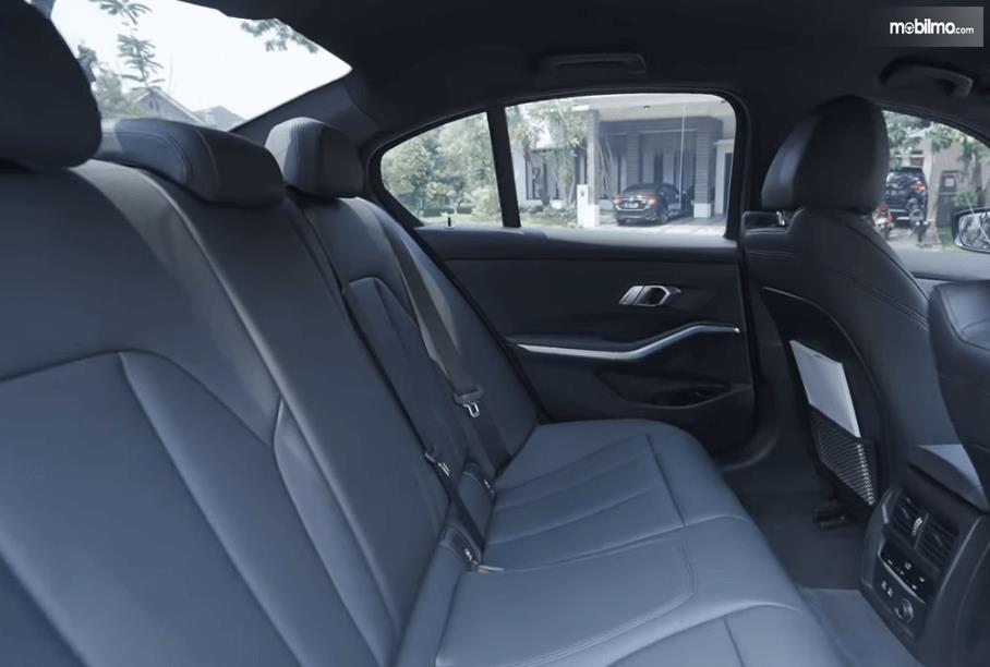 Gambar ini menunjukkan jok baris kedua pada All-New BMW 320i Sport 2019