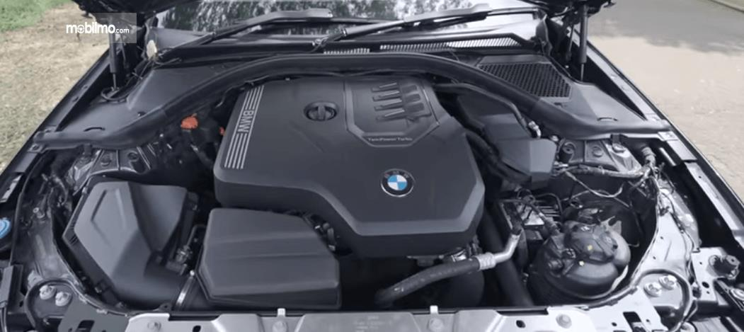 Gambar ini menunjukkan mesin mobil All-New BMW 320i Sport 2019