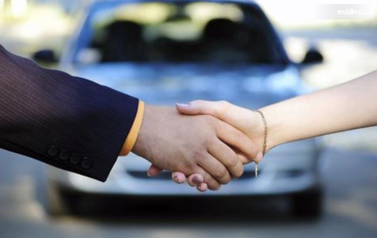 Gambar ini menunjukkan 2 tangan saling berjabat tangan
