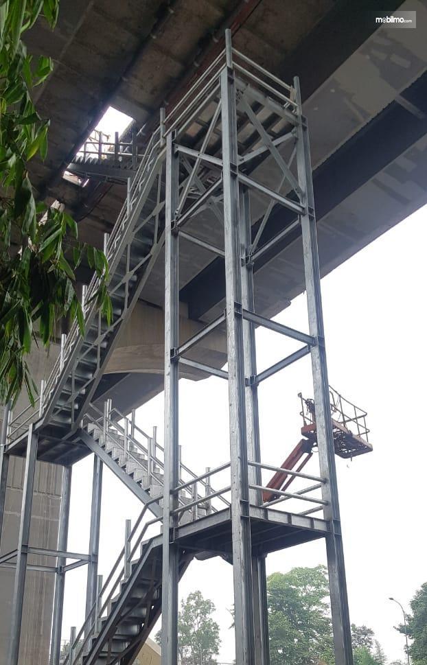 Foto proses pembangunan tangga darurat Jalan Tol Layang Jakarta-Cikampek