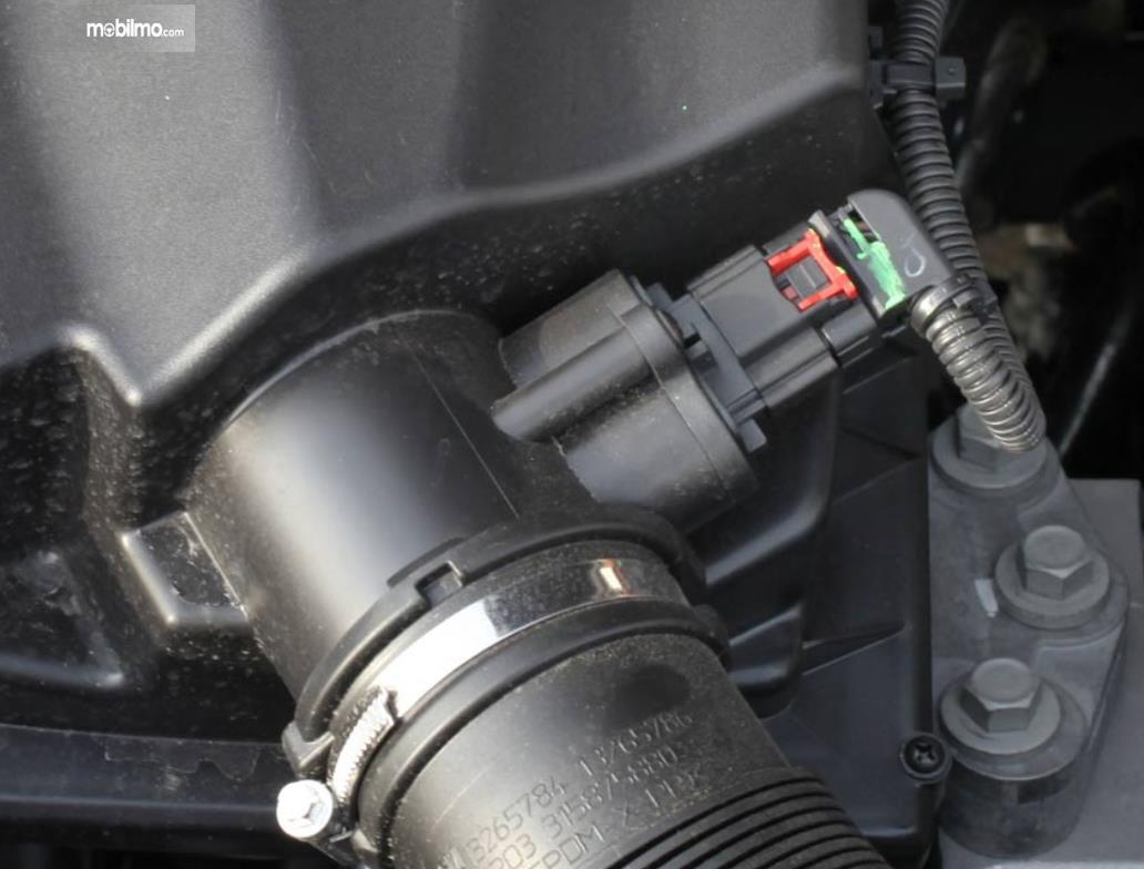 Gambar ini menunjukkan Mass Air Flow Sensor pada mobilo