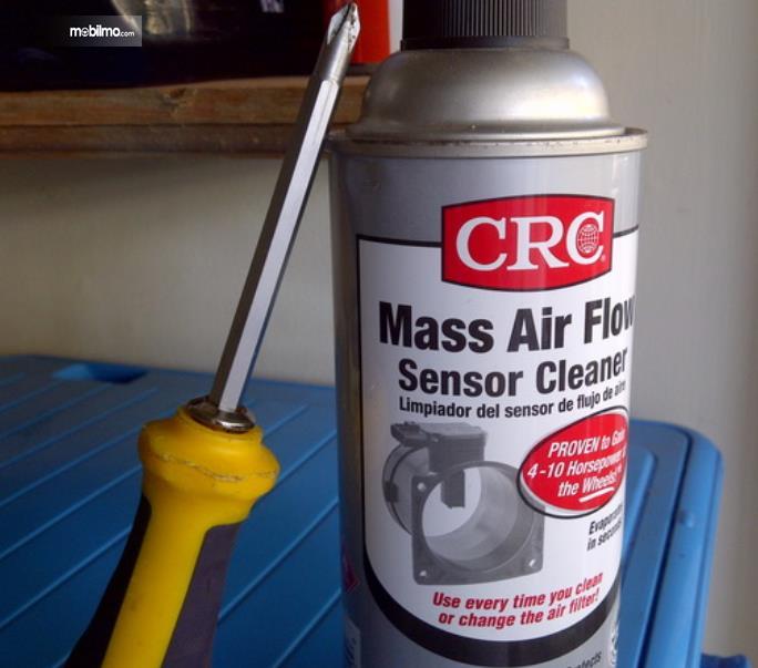 Gambar ini menunjukkan obeng dan MAF Sensor Cleaner