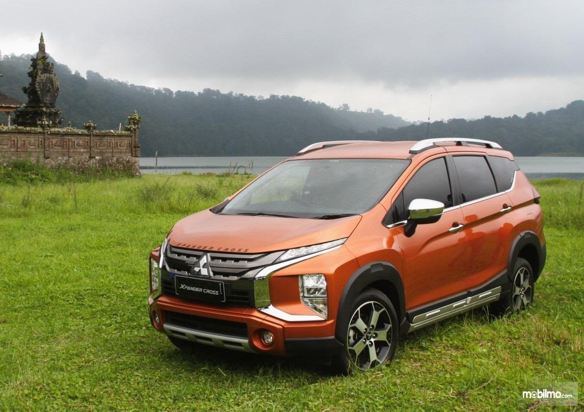 Foto menunjukkan Mitsubishi Xpander Cross tampak dari samping depan