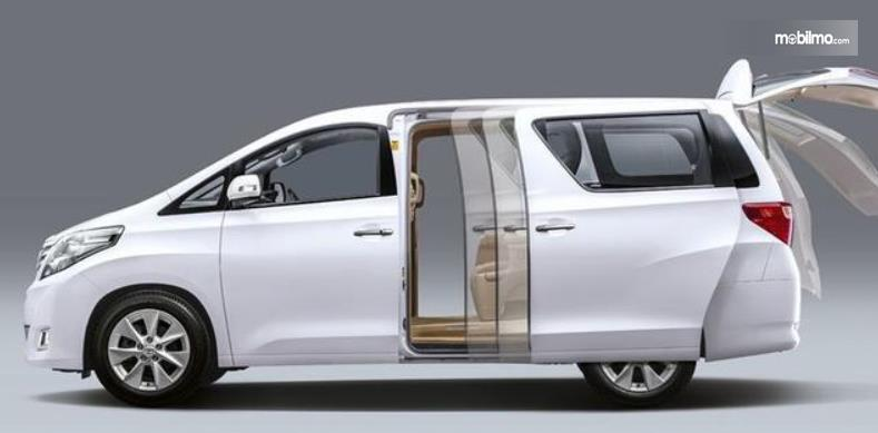 Gambar ini menunjukkan mobil dengan pintu geser tampak putih